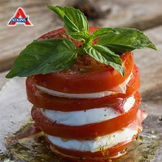 Two slices of tomato topped with chopped fresh basil and grated mozzarella and run under the broiler for a minute and you get a quick and guilt free snack! Induction Recipes, Atkins Induction, Low Carb Vegetarian Recipes, Low Carb Recipes, Diet Recipes, Atkins Snacks, Atkins Recipes, Atkins 40, Atkins Diet