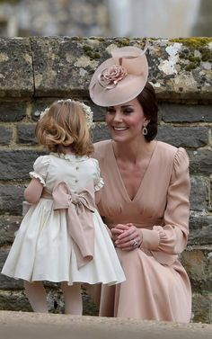 Catherine, Duchess of Cambridge and Princess Charlotte of Cambridge attend the wedding of Pippa Middleton and James Matthews at St Mark's Church on May 2017 in Englefield Green, England. Style Kate Middleton, Pippa Middleton Wedding, Middleton Family, Pippas Wedding, Sister Wedding, Wedding Dresses, Women's Dresses, Lady Diana, Duchesse Kate