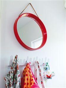 Den runda plastspegeln är en relik från 70-talet. Hängare, Design House.