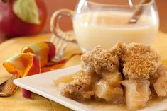 The aromas from this Slow Cooker Apple Crisp will fill your home and make your whole family anxious for this skinny dessert! Slow Cooker Desserts, Slow Cooker Apples, Crock Pot Desserts, Cooked Apples, Crock Pot Slow Cooker, Köstliche Desserts, Slow Cooker Recipes, Crockpot Recipes, Dessert Recipes