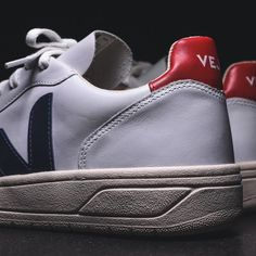 💥New Fair Trade brand just hit our store💥VEJA Footwear is made with 100% transparency, organic materials and Fair Trade sourcing. No chemicals, fertilizers or pesticides in their cotton. And it also looks good!👌#veja #vejav10 #shoes #fairtradefashion #fairtrade #fashion #enschede #fashionista #schoenen #instagood