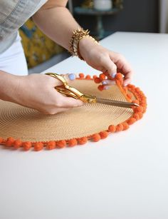 DIY Pom Pom Fringe Placemat diy decoration for home The Best DIY Pom Pom Projects Baby Diy Projects, Cool Diy Projects, Craft Projects, Jute Crafts, Fun Diy Crafts, Upcycled Crafts, Diy Deco Rangement, Diy Bebe, Dinner Napkins