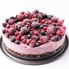 vegane Roh-Torte mit Beeren und Superfoods