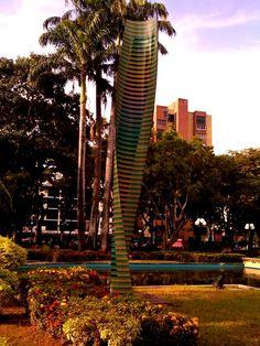 La escultural Cromovela del maestro del Op Art Carlos Cruz-Diez, Plaza Cristóbal Mendoza. Valencia, Venezuela