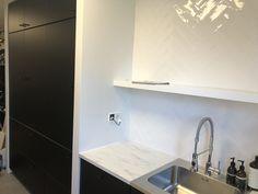 Een ombouw voor de hoge keukenkasten. Het zijn keukenkasten van Ikea, de Metod serie. Om een mooi geheel te krijgen is een kader rondom de kasten gerealiseerd. Prima service en een snelle levering! Eerst heb ik de kastenwand uitgetekend op de wand en de 230v aansluitingen aangelegd. Vervolgens heb ik de Ikea kasten geplaatst en gesteld. Daarna heb ik een zaagplan gemaakt voor de platen MDF Lakdraagen op maat laten zagen. Vervolgens heb ik een regel op de muur geplaatst waar de panelen…