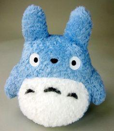 Peluche Totoro azul 22 cm. Mi vecino Totoro. Studio Ghibli Estupendo peluche de alta calidad del rey del bosque Totoro en una versión en color azul de 22 cm, fabricado 100% en material de poliéster y por supuesto 100% oficial y licenciado.