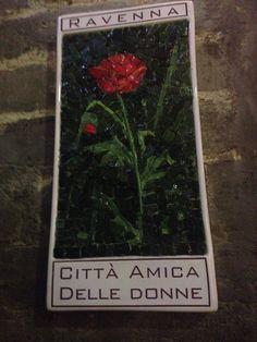 """Targhe musive realizzate da mosaicisti ravennati nell'ambito del progetto dell'associazione Linea Rosa """"Ravenna città amica delle donne"""". Ne parlo qui: http://www.officinateodora.it/ravenna-citta-amica-delle-donne/"""