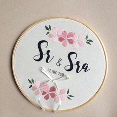 o primeiro Sr & Sra do ano  #sigoacml  •  •  •  •  •  #acoisamaislinda #acml #bordadolivre #embroidery #handmade #feitoamao #wedding #casamento #floral #compredequemfaz #compredopequeno #handembroidery #modernembroidery #brasil #fortaleza #ceara #embroideryhoop
