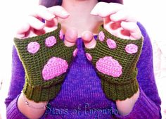 🐱 Kitten mittens 🐱 Mittens in green, palm of hand imitating a cat in pink color. Model very original, perfect for the winter or even a costume. Kitten Mittens, Kawaii, Mitten Gloves, Cool Gifts, Fingerless Gloves, Pink Color, Diy Fashion, Arm Warmers, Lana