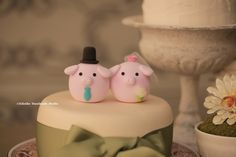 Pig and Piglet wedding cake topper Handmadecaketopper #piggy #cute #mochiegg #weddingceremony #weddingideas #claydoll #sculpted #cakedecoration #豚 #porc #Schwein
