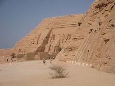 Templo de Abu Simbel, no Egito. Por causa da construção da Barragem de Assuã, esse templo foi transferido pedra a pedra a essa nova região.  Foi preciso um esforço de muitos países em parceria com a UNESCO.