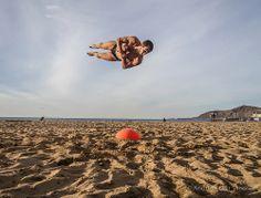 Pasando el dia dando saltos espectaculares sobre una pelota