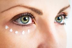 Look for an eye cream to get rid of crow's feet, wrinkles, dark circles, and under-eye bags. Prévenir Les Rides, Home Remedies For Wrinkles, Eye Wrinkle, How To Apply Eyeliner, Puffy Eyes, Prevent Wrinkles, Tips Belleza, Dark Circles, Eye Circles