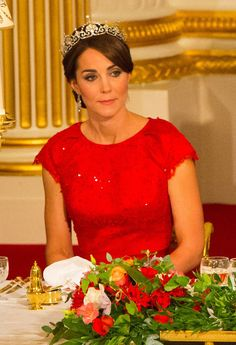 The Duchess of Cambridge is pictured as Queen Elizabeth II speaks at a state banquet at Buckingham Palace in London on Oct. Kate Middleton is wearing the Lotus Tiara. Kate Middleton Look, Kate Middleton Jewelry, Prince William Et Kate, William Kate, Jenny Packham, Lady Diana, Elizabeth Ii, Princesse Kate Middleton, Stil Inspiration