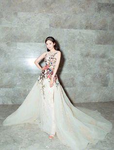 Thảm đỏ Marie Claire: Đường Yên chiếm sóng với chiếc váy đẹp xuất sắc, Lưu Diệc Phi kém sang hơn hẳn Dương Mịch - Angela Baby - Ảnh 3.