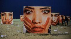 Esta exposición-protesta ha llegado a la arena de Copacabana para reivindicar la implementación de políticas y acciones que terminen con los abusos contra las mujeres. Ropa interior sobre las arena…