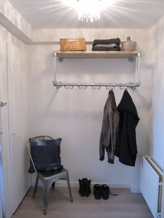 Mooie houten kapstok van buiskoppelingen garderobe for Garderobe zumba