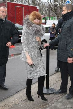 Anna Wintour Knee High Boots Mario Testino, Jean Paul Gaultier, Anna Wintour Style, Classy Suits, Vogue, Advanced Style, Stylish Dresses, Skirt Fashion, Dress Skirt