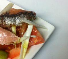Ensalada Alicantina; Tomates raff trinchados con ventresca, cebolla tierna y anchoas de bota!