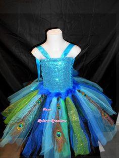 tres jolie déguisement pour petite fille de paon. la robe est en tulle de différents tons de bleu et de vert avec des bandes de tulle brillant. Le bustier est en stretch souple - 17373433