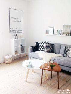 Un salon tout en douceur, cocooning. Coussins graphiques et tables vintage. L'agence Identités Nomades s'en inspire!