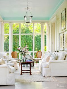 Inspiration-Dreamy + Beautiful Indoor Sunrooms A charming Southern sunroom, furnished with comfy slipped covered furniture and plenty of pillows. Elegant Home Decor, Sunroom Blinds, Sunroom Decorating, Home, Farmhouse Decor Trends, Elegant Homes, Painted Ceiling, Four Seasons Room, Indoor Sunrooms