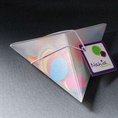 Cajita piramidal, original y compacta, como invitación o para obsequios promocionales de pequeño tamaño.