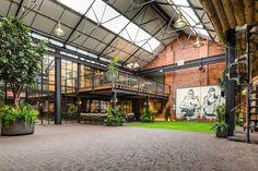 The Compound is a vast loft of 1100 m² located in Birmingham& historic Jewelery Quarter. Discover a unique loft! Warehouse Home, Warehouse Design, Warehouse Living, Warehouse Office, Loft Estilo Industrial, Industrial House, Birmingham, Loft D'entrepôt, Conception D'entrepôts