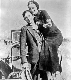 23 mei 1934. Bonnie en Clyde lopen in een hinderlaag.