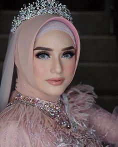 Pin Image by Hujabi Manja Muslim Gown, Muslim Wedding Gown, Hijabi Wedding, Kebaya Wedding, Muslimah Wedding Dress, Muslim Wedding Dresses, Wedding Makeup Looks, Wedding Beauty, Wedding Looks