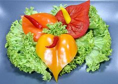Free vegetable carving course pepper anthurium / Darmowy kurs carvingu anturium z papryki – Schnitzerei Fruit Recipes, Cooking Recipes, Cooking Tips, Salad Presentation, Deco Fruit, Creative Food Art, Food Garnishes, Garnishing, Crudite