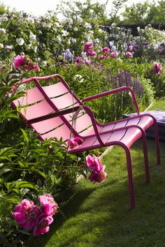 Extra pop of pink with this bench in the backyard
