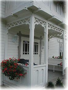 "inngangsparti. Liker at det er pyntet og gjort noe ""mykere"" enn den harde fasaden i orginalen Scandinavian Cottage, Swedish Cottage, Le Riad, Pavillion, Pergola, Front Door Porch, Small Porches, River House, Back Doors"