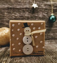 Weihnachts-Geschenkbox mit Schneemann aus Knöpfen ums Schal aus Geschenkband. Ring Verlobung, Box, Godchild, Snowman, Stocking Stuffers, Gift Cards, Valentines Day, Invitations, Birthday
