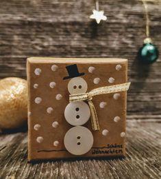 Weihnachts-Geschenkbox mit Schneemann aus Knöpfen ums Schal aus Geschenkband. Ring Verlobung, Box, Godchild, Snowman, Stocking Stuffers, Gift Cards, Valentines Day, Invitations, Birthday