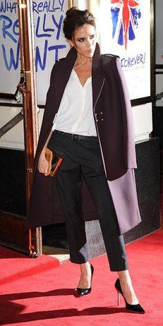 VICTORIA BECKHAM Victoria Beckham paró el tráfico en Londres, cuando asistió a la presentación del musical Viva Forever, con música de las Spice Girls, en el Piccadilly Theatre. La cantante desfiló con una blusa blanca de la colección Primavera 2013 de su propia marca, pantalones de Isabel Marant, una llamativa chaqueta marrón, y pumps de Manolo Blahnik.