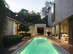 Pool im Garten mit angenehmer Beleuchtung ermöglicht Nutzen am Abend