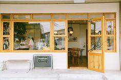 大きな窓が特徴のPOMPONCAKES BLVD. Cafe Interior, Restaurant Interior Design, Shop Front Design, Store Design, Cafe Bistro, Cafe Bar, Cafe Restaurant, Modern Restaurant, Vintage Coffee Shops