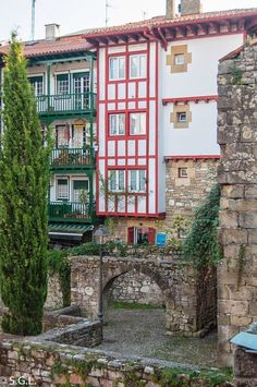 Casco historico de Hondarribia Summer Surf, Basque Country, Beautiful Sites, Bilbao, The Good Place, Surfing, San, Amazing, Exhibit Design