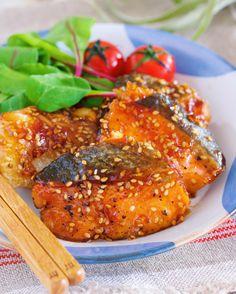 作りおきやお弁当にも♪『秋鮭のごま甘酢照り焼き』 by Yuu*(大田優) | レシピサイト「Nadia | ナディア」プロの料理を無料で検索