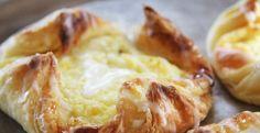 QUESADILLA DULCE Ingredientes: 1 lamina de masa de hojaldre cortada en 4 unidades 200 gramos de queso ricotta 1 huevo batido reservar la mitad para pintar  6 cucharadas de azúcar glass 1 pizca de sal ralladura de 1 limón PREPARACION: mezclar el queso con el huevo la sal y la ralladura del limón reservar formar un bol con la masa agregar la mezcla pintar con el resto del huevo hornear a 180° por 20 minutos