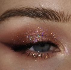 Does anyone know what eyeshadow this would be? Or if it's even eyeshadow or just photoshop. Does anyone know what eyeshadow this would be? Or if it's even eyeshadow or just photoshop. Pink Makeup, Cute Makeup, Pretty Makeup, Beauty Makeup, Green Makeup, Gold Makeup, Gorgeous Makeup, Makeup With Glitter, Romantic Eye Makeup