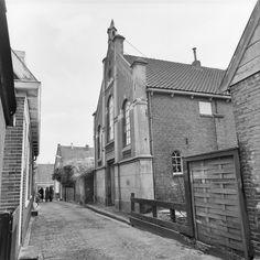 De oude gereformeerde Kerk te Monnickendam. Voormalige woning Piet Blom. architekt van de beroemde paalwoningen in Rotterdam _