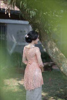 Dress brokat peach Ideas for 2019 Kebaya Pink, Kebaya Lace, Batik Kebaya, Kebaya Dress, Batik Dress, Kebaya Modern Hijab, Kebaya Hijab, Kebaya Muslim, Model Kebaya Brokat Modern