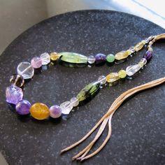 Colar com pedras brasileiras, cordão de seda regulável e acabamento em prata 950. Ametista, citrino, quartzo verde, cristal, quartzo rosa e quartzo fumê.