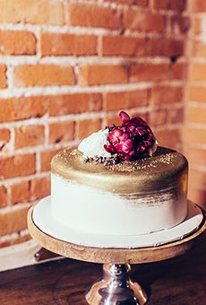 One-Tier White and Gold Wedding Cake with Fresh Flowers | Wedding Cake