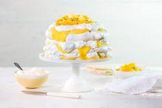 Trelags pavlova med krem og lemoncurd! Søt, sprø marengs med fløyelsmyk krem og syrlig sitron er en perfekt kombinasjon. Denne kaken pynter også opp på festbordet.