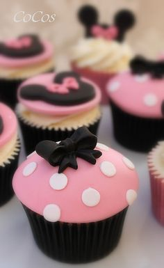 Minnie Mouse Cupcakes - idea only - I love working with fondant! Disney Cupcakes, Cupcake Mickey, Mini Mouse Cupcakes, Bolo Minnie, Minnie Mouse Theme, Minnie Mouse Cake, Fondant Cupcakes, Kid Cupcakes, Cupcake Cookies