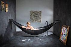 La baignoire hamac fait souffler un vent de nouveautés sur le monde merveilleux de la salle de bains !