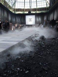 Le masculin-féminin selon Chanel Talk about texture. Smoke, rocks, gravel, slate, and luscious fabrics. Fashion Week, Runway Fashion, Fashion Show, Fashion Design, Trendy Fashion, Chanel Fashion, Ladies Fashion, School Fashion, Winter Fashion